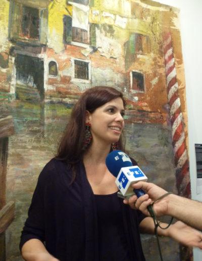 Bárbara-Perez-dlante-de-una-de-las-obras-de-José-Ángel