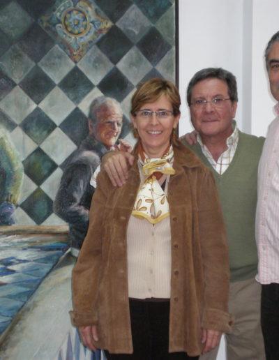 José-Ángel-delante-de-la-obra-premiada-PILÓN-DE-LIETOR