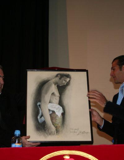 José-Ángel-entregando-obra-a-David-Mora-torero