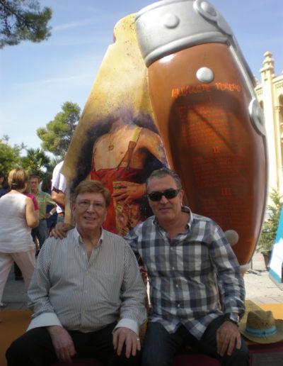 José-Ángel-y-Matias-Montero-delante-de-la-escultura-de-la-navaja